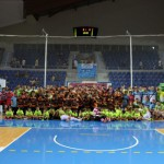 Foto de los jugadores del Palma Futsal con las bases del Viva Sport (Copiar)