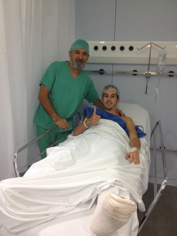 Joselito y el doctor Miquel Mas tras ser operado en la clínica Quirón Palmaplanas (Copiar)