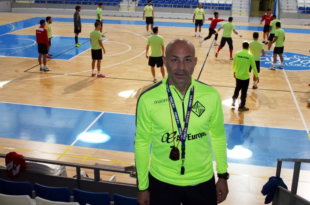 Juanito, en Son Moix, con el equipo entrenando de fondo 1 (Copiar)