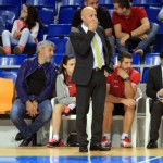 Juanito observa el partido en el banquillo (Copiar)