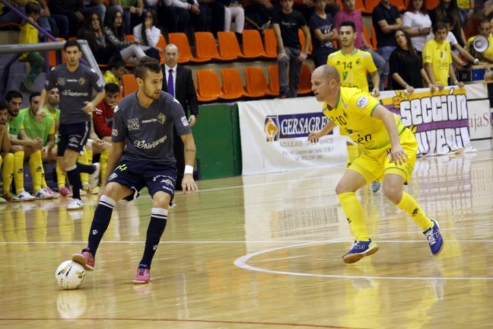 Paradynski protege el balón en una acción del partido en Jaén (Copiar)
