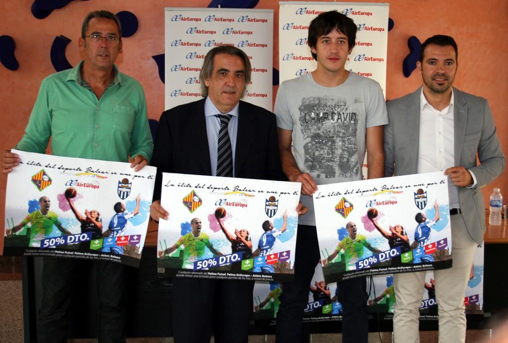 Xavi Sastre, Mario Hidalgo, Xavi König y José Tirado, con el cartel del acuerdo 1 (Copiar)