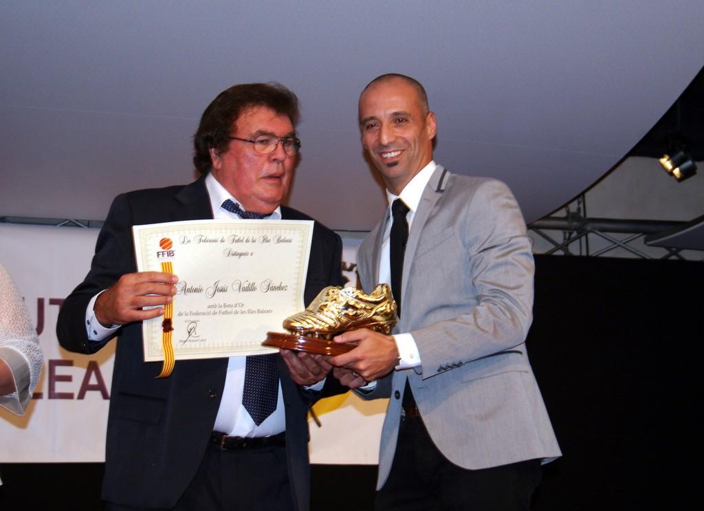 Miquel Bestard entrega la bota de oro a Vadillo (Copiar)