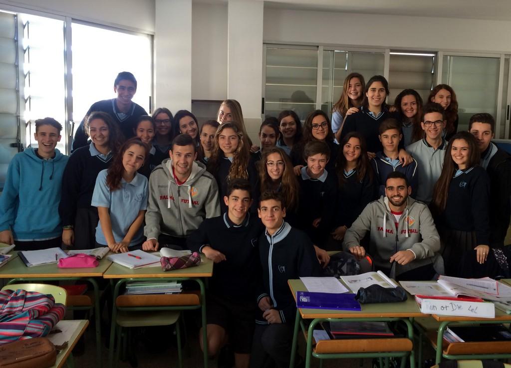 Tomaz y Paradynski con los niños del colegio Santa Magdalena Sofía de Palma 1 (Copiar)