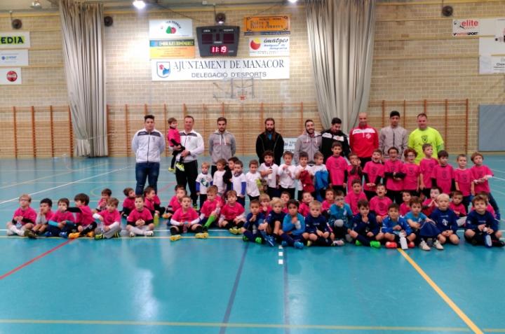 Diada de la escoleta infantil de Manacor con jugadores del primer equipo (Copiar)