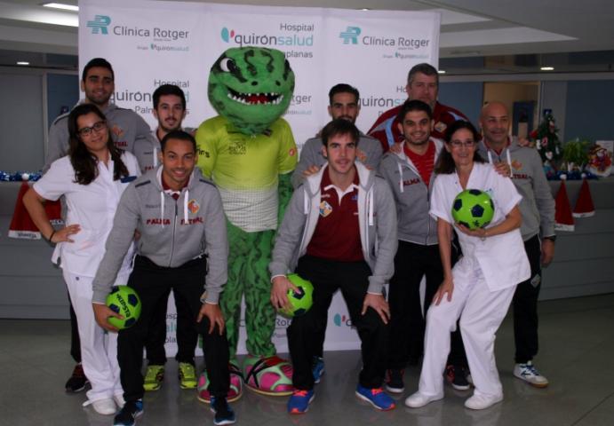 El Palma Futsal con las enfermeras del hospital Quirónsalud Palmaplanas (Copiar)