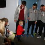 Los jugadores del Palma Futsal visitan el Hospital Quirónsalud Palmaplanas (Copiar)