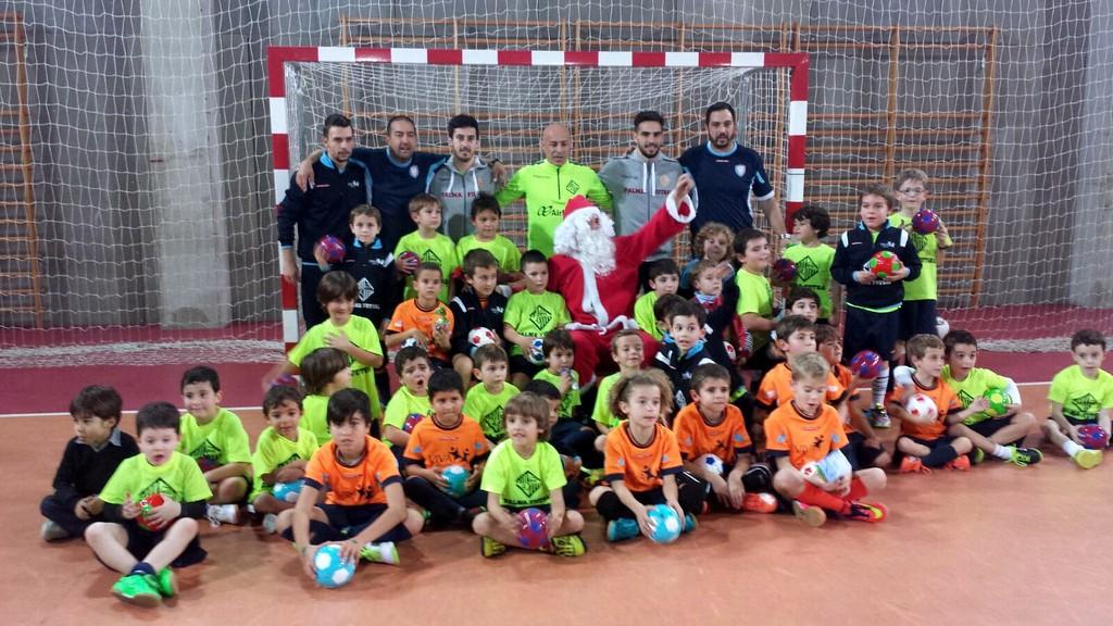 Papá Noel llega a la escuela infantil del Palma Futsal junto a Juanito, Chicho y Joselito (Copiar)