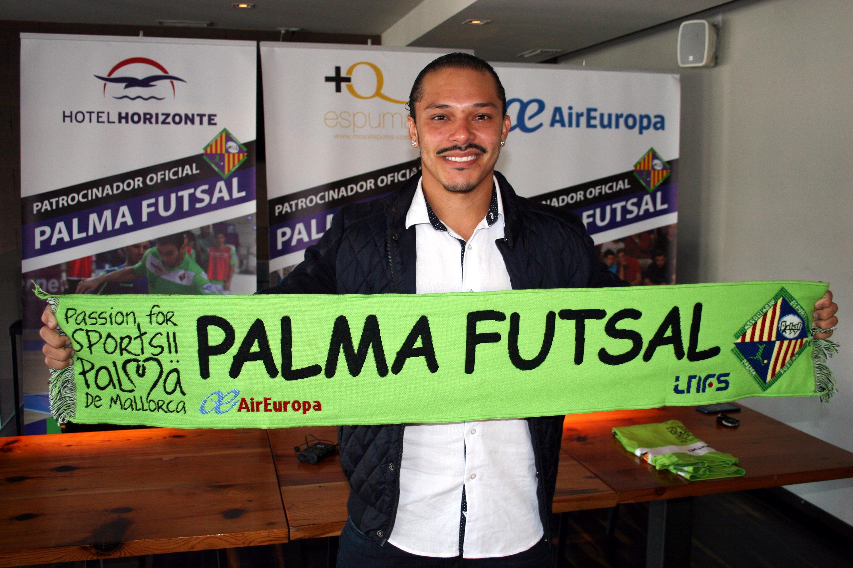 Helinho posa con la bufanda del Palma Futsal