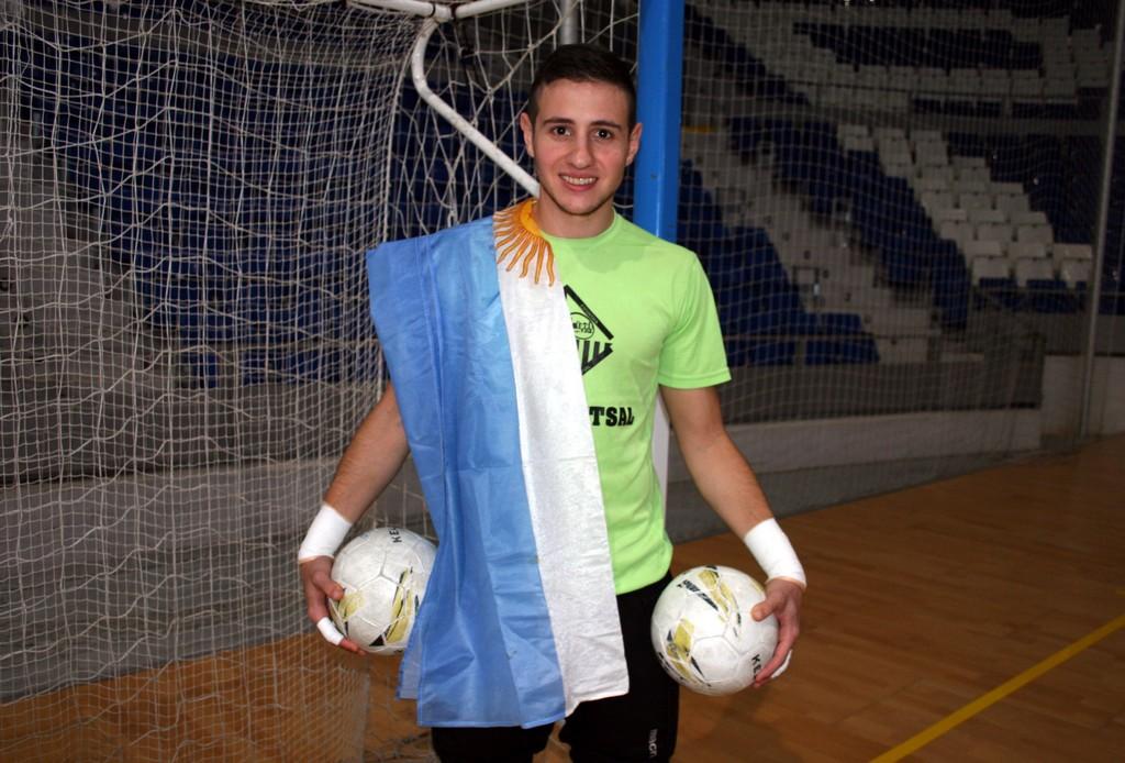 Nico Sarmiento posa en Son Moix con la bandera de Argentina 1 (Copiar)