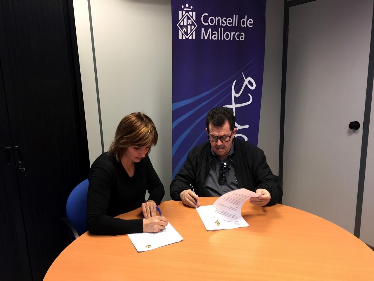 Margalida Portells y Miquel Jaume firman el convenio en la sede del Consell de Mallorca (Copy)