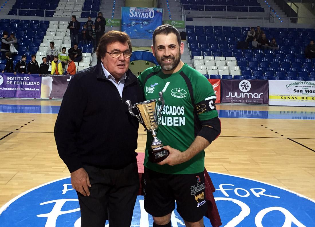 Miquel Bestard y Edu, del Burela, con el trofeo de segundo clasificado
