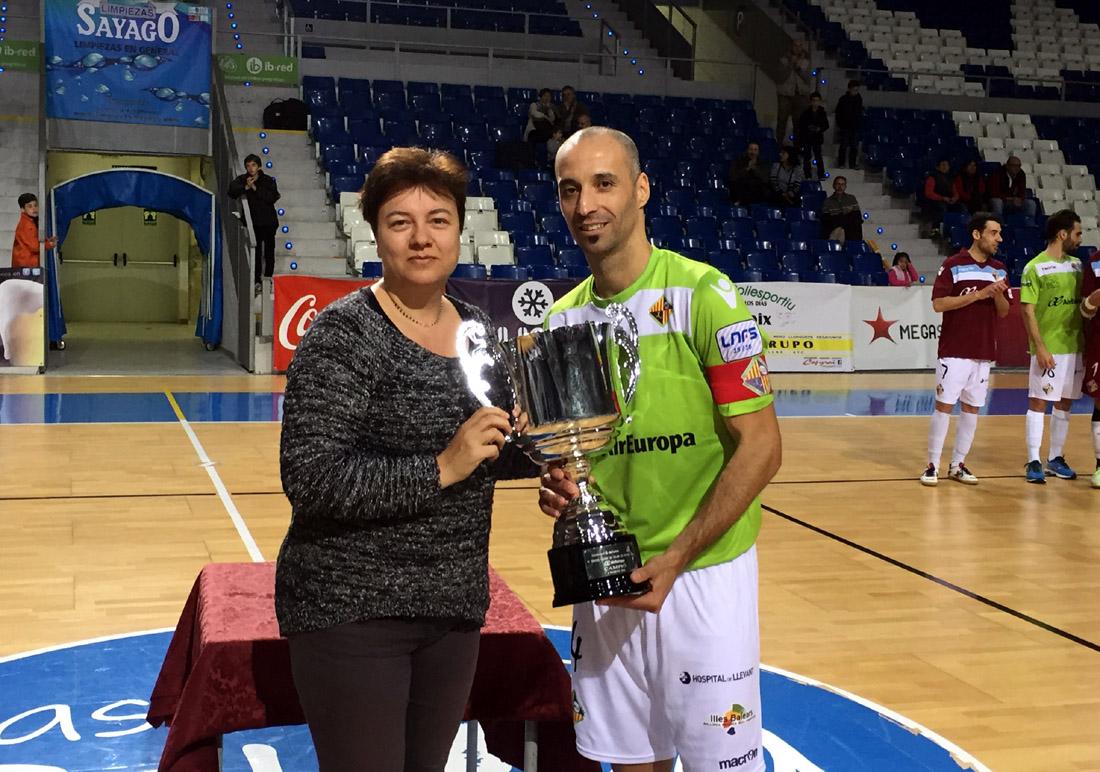 Susana Moll y Antonio Vadillo con el trofeo de campeón
