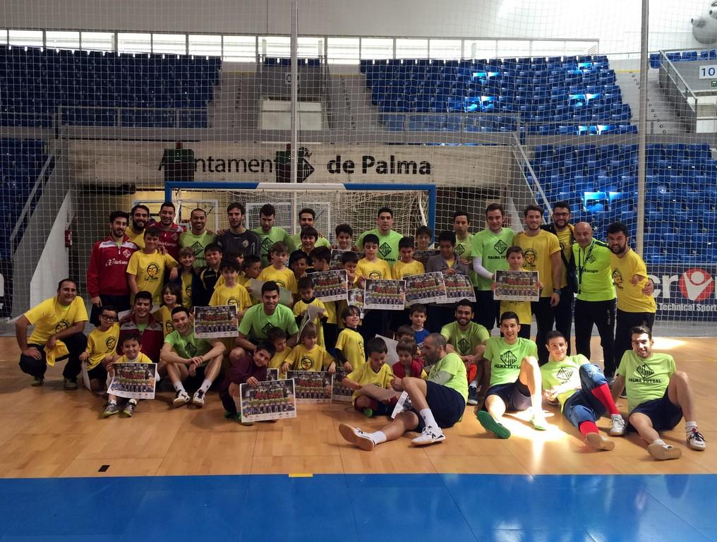Foto del equipo con los niños del campus de La Salle 1 (Copy)