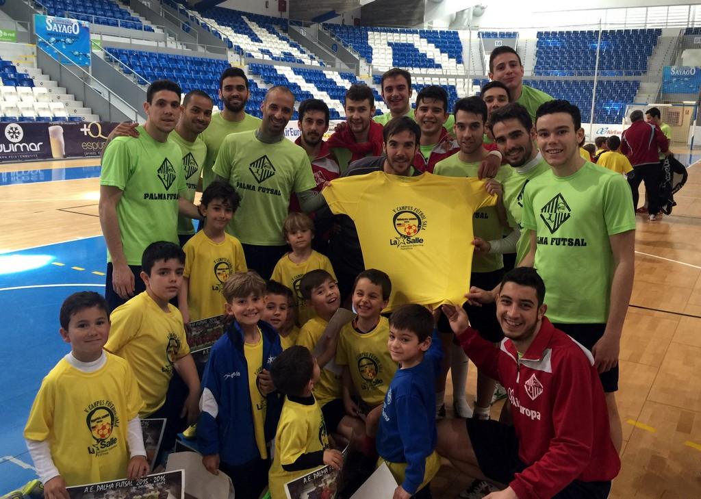 Foto del equipo con los niños del campus de La Salle 2 (Copy)