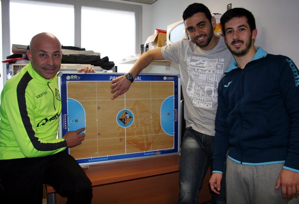 Juanito, tomaz y Joselito planifican el partido en el despacho del técnico 1 (Copy)