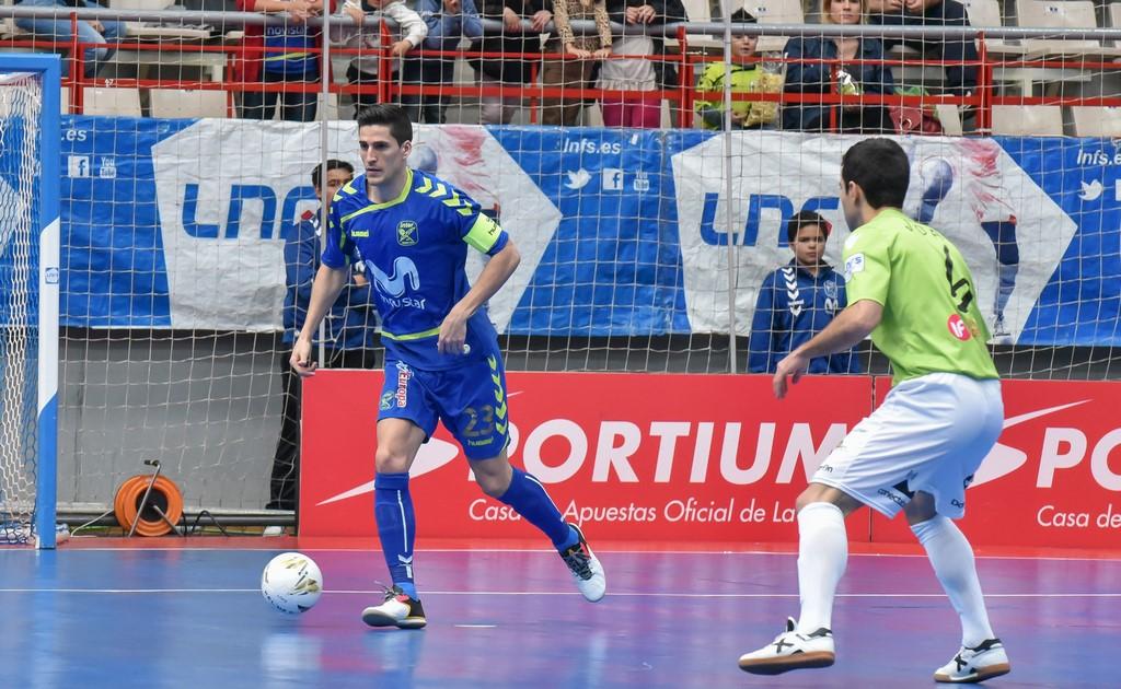 Ortiz conduce el balón ante Joao (Copiar)