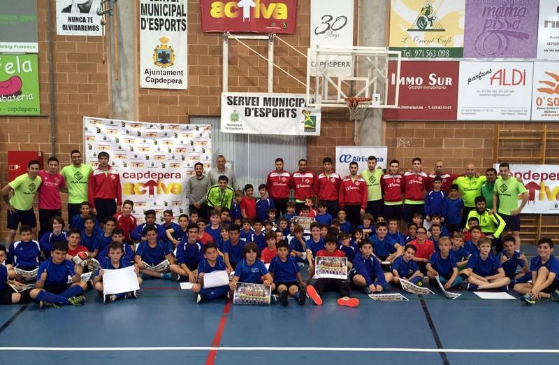 El Palma Futsal posa con los niños del CE Escolar 2 (Copiar)