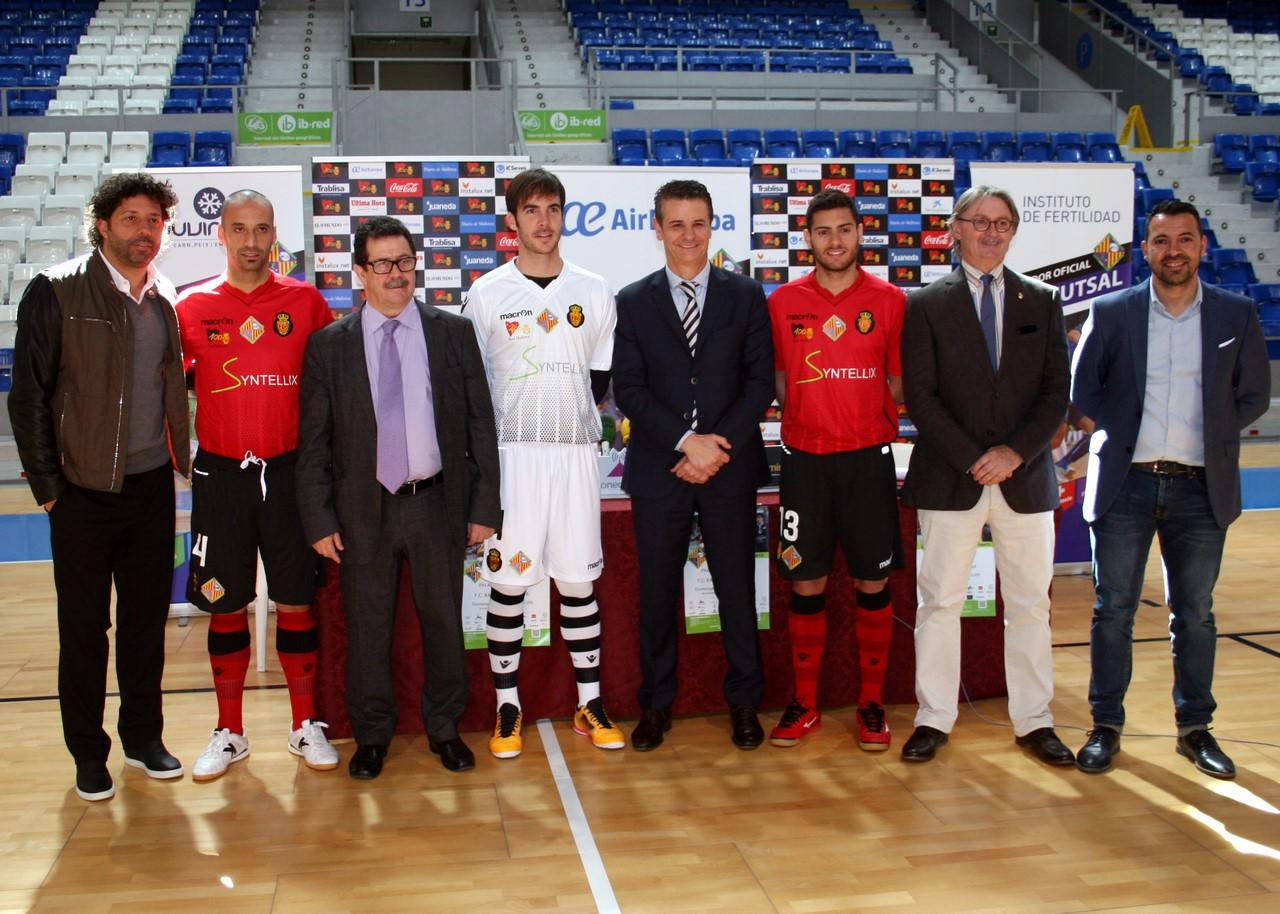 Imagen de la presentación de las equipaciones con los jugadores y representantes del Palma Futsal y RCD Mallorca 2 (Copy)
