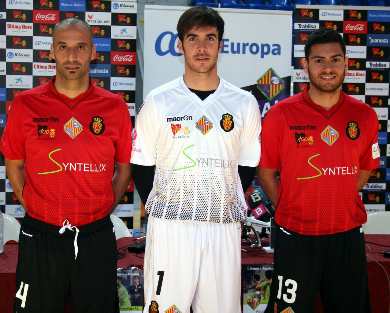 Vadillo, Barrón y Taffy posan con las equipaciones que vestirán el domingo 2 (Copy)