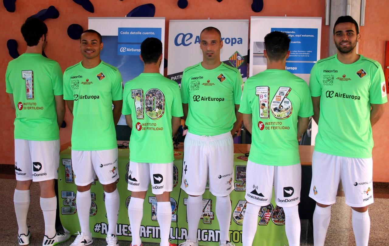 Varios jugadores posan con las camisetas especiales para la final de la Copa del Rey 1 (Copy)