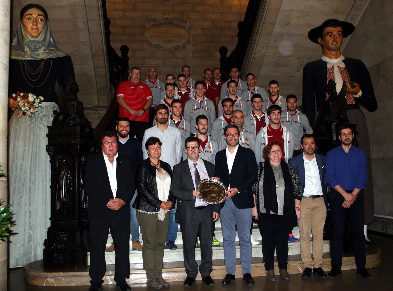 El Palma Futsal y las autoridades posan en la escalinata de Cort 2 (Copy)