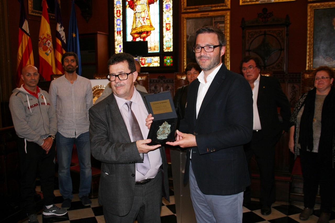 José Hila entrega el escudo de la ciudad a Miquel Jaume (Copy)