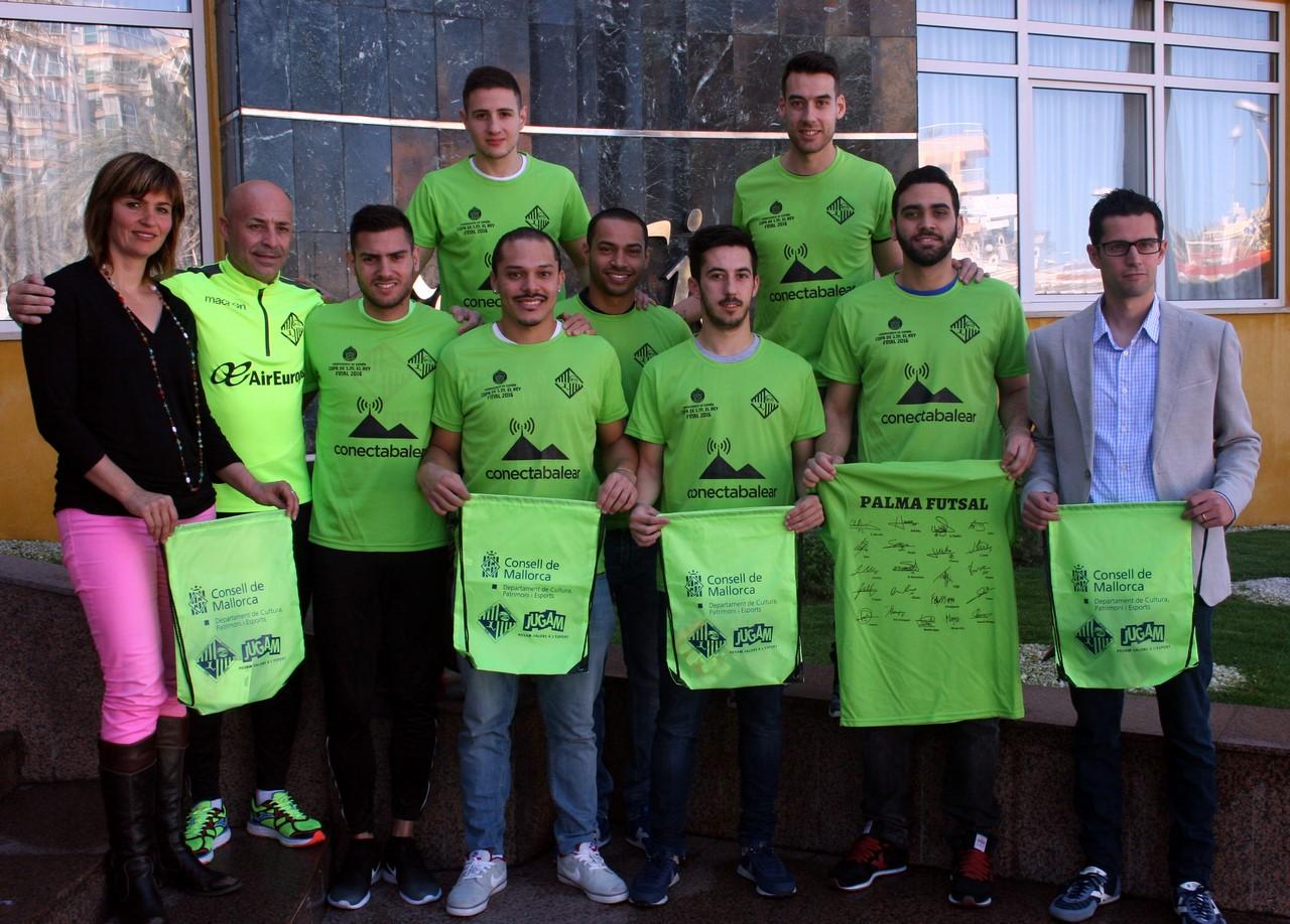 Juanito, jugadores y colaboradores posan con las camisetas y las bolsas conmemorativas 1 (Copy)