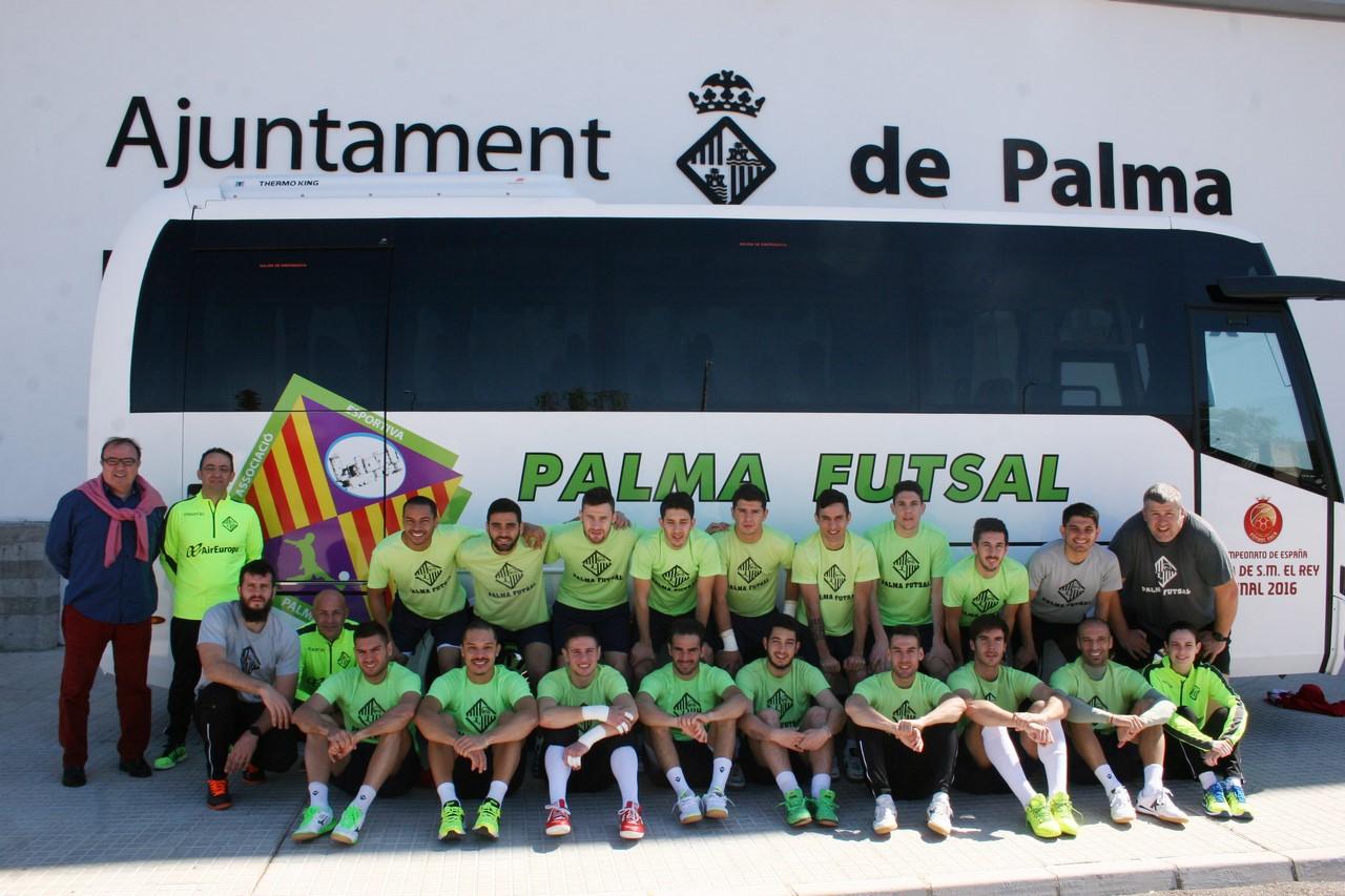La plantilla posa con el nuevo autocar del Palma Futsal 1 (Copy)