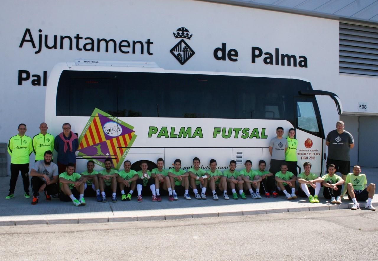 La plantilla posa con el nuevo autocar del Palma Futsal 3 (Copy)
