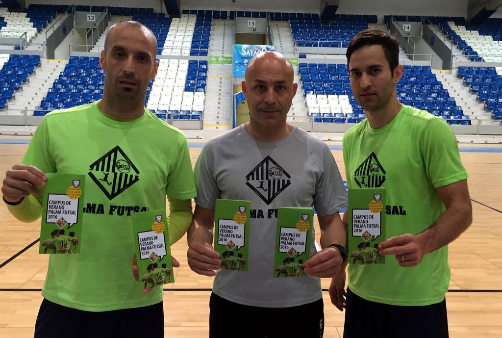 Vadillo, Juanito y Joao con el tríptico del campus de verano (Copiar)