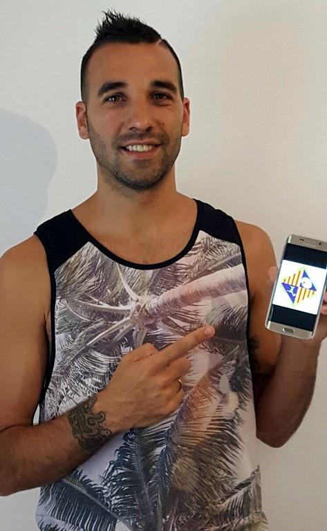 Carlitos muestra el escudo de su nuevo club (Copiar)