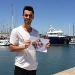 Eloy Rojas, este lunes, en el Puerto de Santa María sosteniendo el escudo de su nuevo club 2 - horizontal (Copiar)