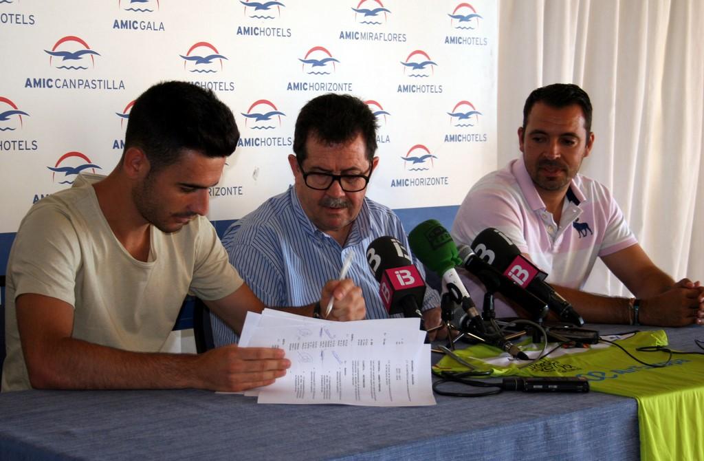 Eloy Rojas firma el contrato ante la mirada de Miquel Jaume y José Tirado (Copiar)