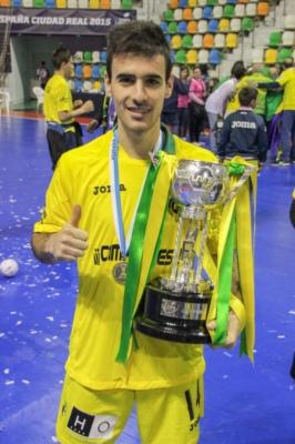 Eloy Rojas y la Copa de España ganada el año pasado (Copiar)