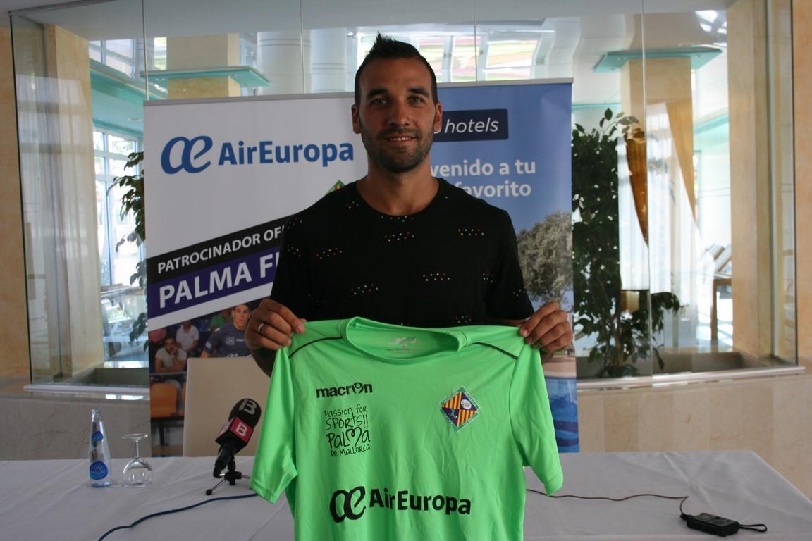 Carlitos posa con la camiseta del Palma Futsal en la Playa de Palma 3 (Copiar)