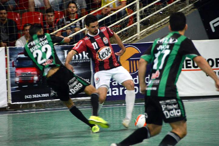Diego Fávero -dorsal 11- en un partido con el Guarapuava