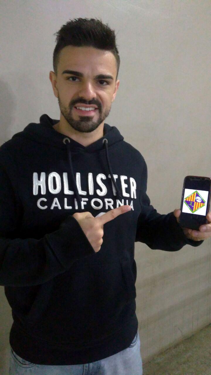 Diego Fávero posa con el logo del Palma Futsal