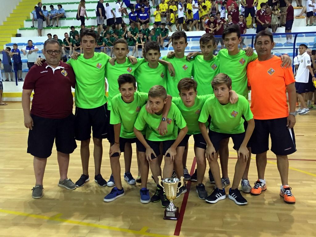 El Palma Futsal cadete con la copa de quinto clasificado de la Montesilvano Cup (Copiar)