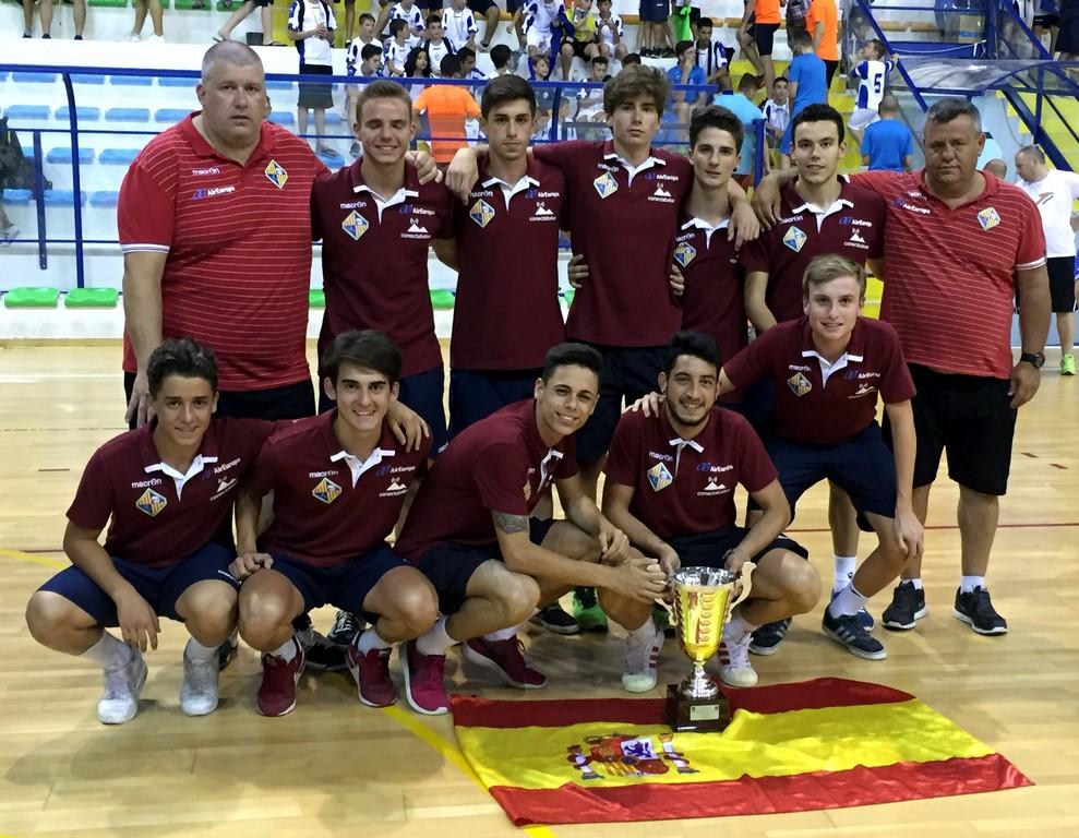 El Palma Futsal juvenil con la copa de tercer clasificado (Copiar)