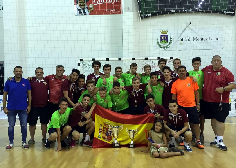 La expedición del Palma Futsal al completo con los dos trofeos conseguidos (Copiar)
