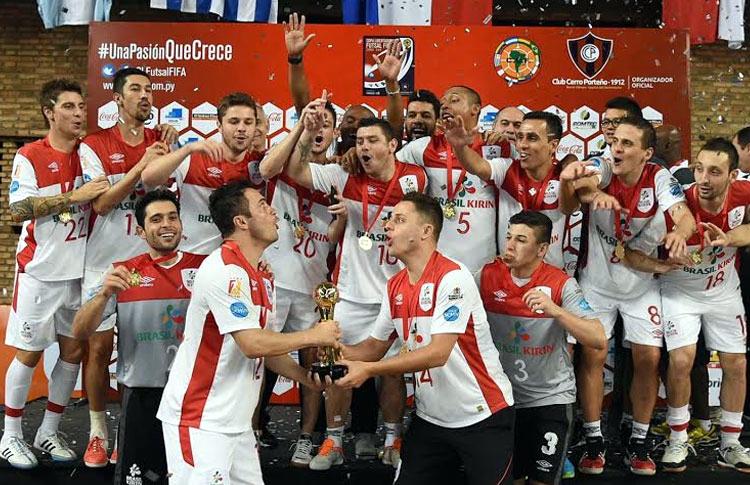 Maico, tercero por la izquierda arriba, campeón de la Copa Libertadores en 2015