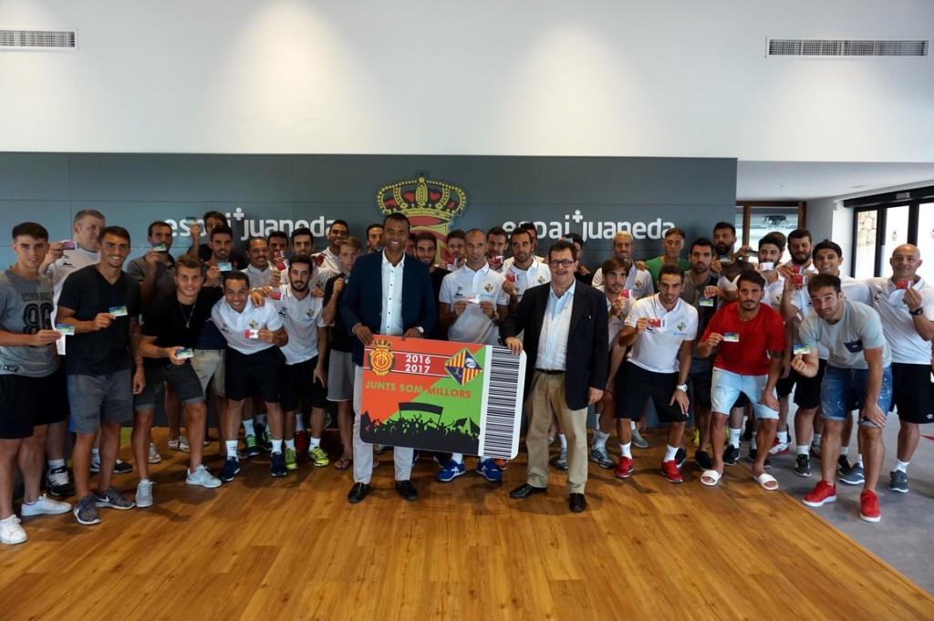 Las plantillas del RCD Mallorca y el Palma Futsal con sus respectivos abonos (Copy)