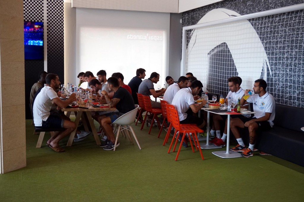 Los jugadores del RCD Mallorca y el Palma Futsal almorzaron juntos (Copy)