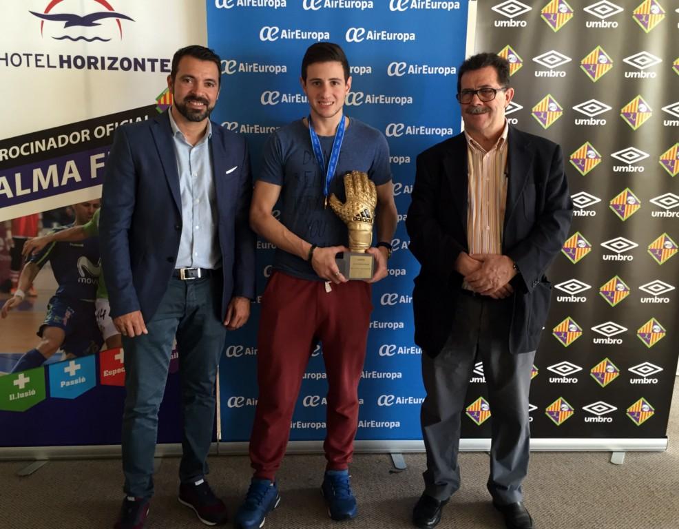 Nico Sarmiento a su llegada a Palma con el guante de oro del pasado mundial