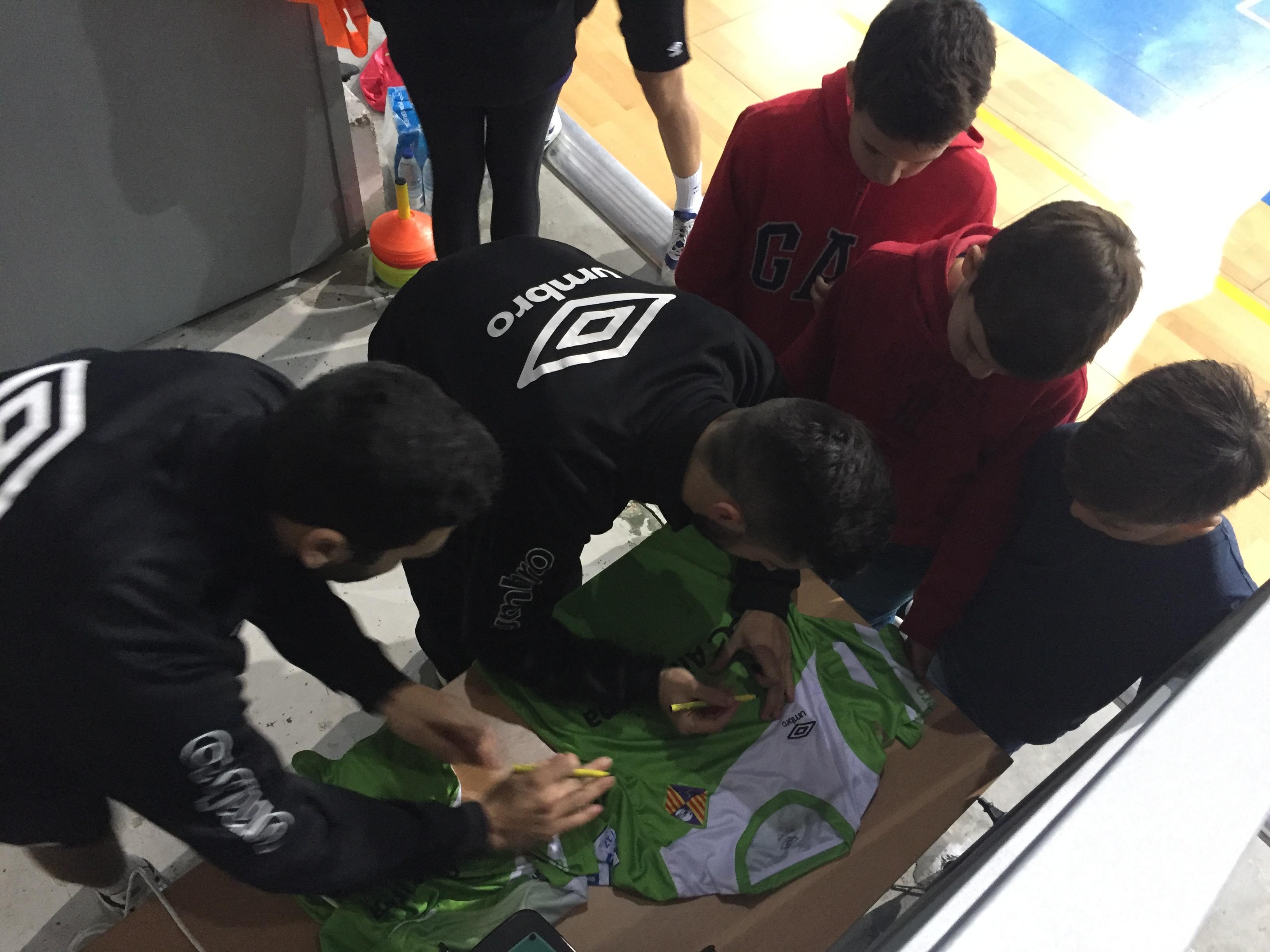 Tomaz y Joselito firmando camisetas