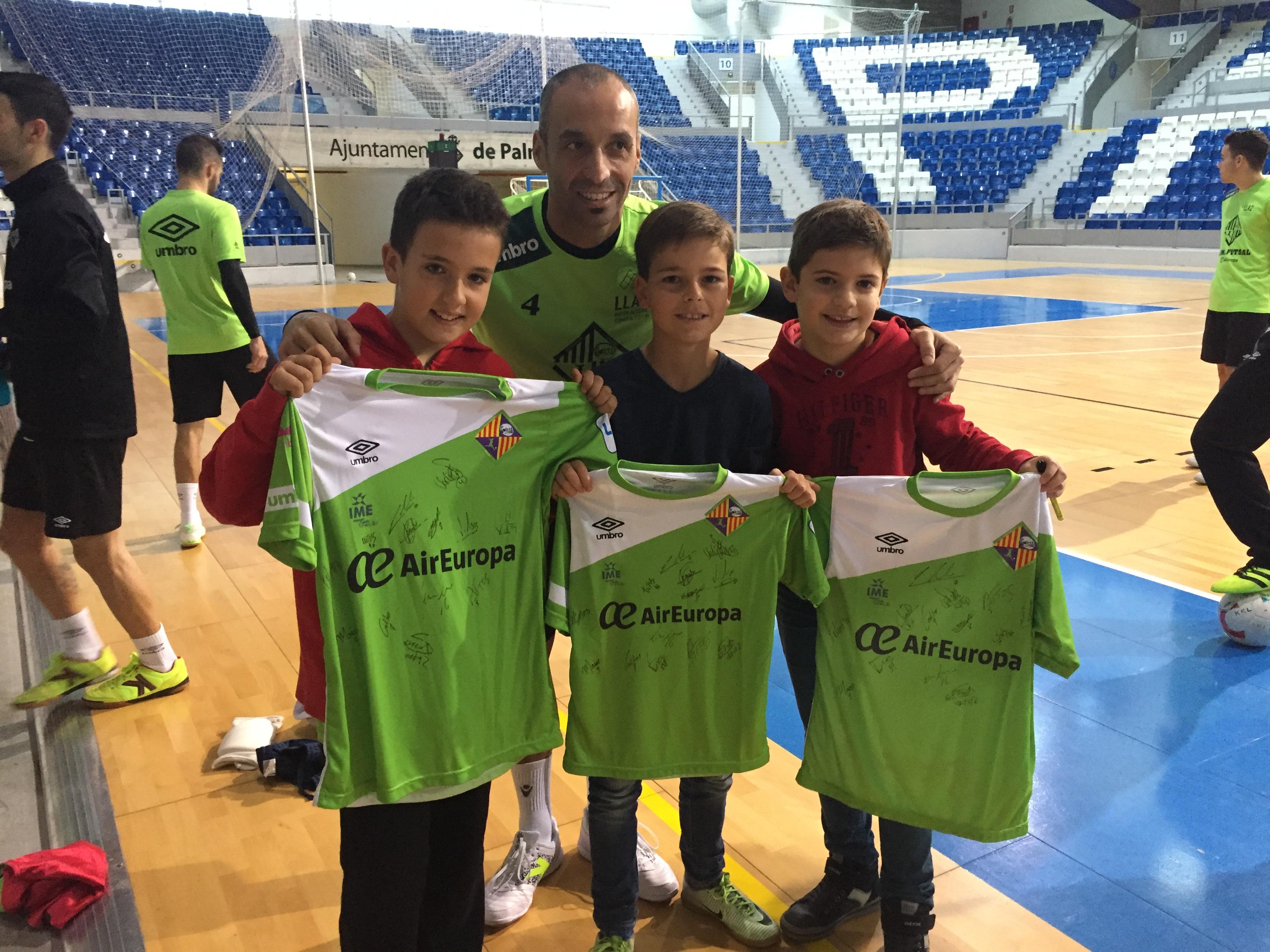 Vadillo posa con varios niños y sus camisetas del Palma Futsal