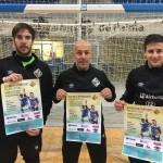 Carlos Barrón, Juanito y Joselito posan con el cartel de la escuela de porteros del club (1)