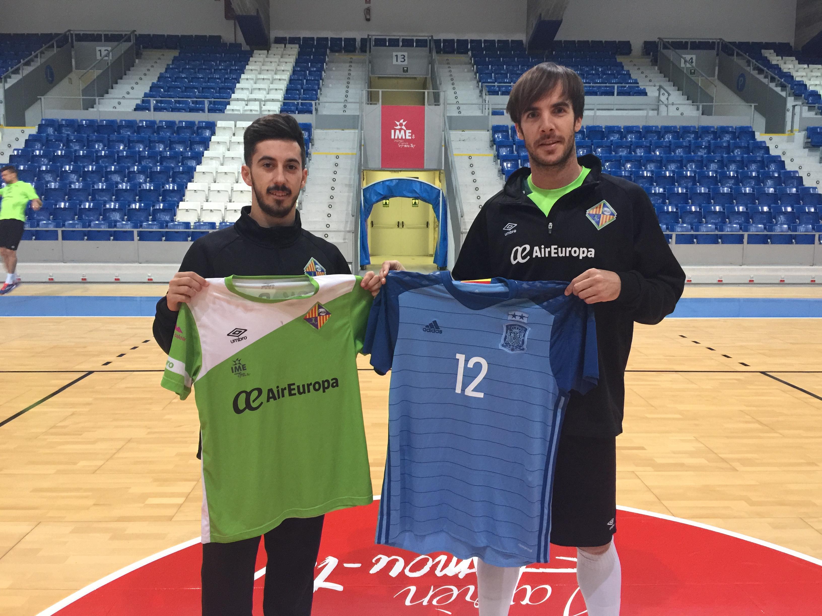 Joselito y Barrón posan con las camisetas de España y del Palma Futsal