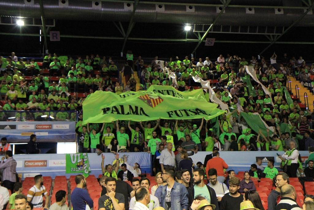 La afición del Palma Futsal en la final de la Copa del Rey de Sevilla el año pasado (2)